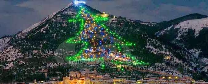 Albero Di Natale Gubbio.A Gubbio L Albero Di Natale Piu Grande Del Mondo Officinaitalia It